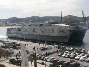 """Στη Σύρο το ταχύπλοο πλοίο του Αμερικανικού Ναυτικού CarsonCity – """"Φρούριο"""" το νησί [pics,vids]"""