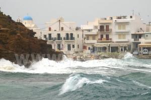 Τεράστια κύματα στην Πάρο «καταπίνουν» τη στεριά! [vid]