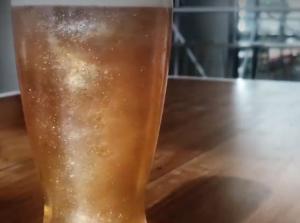Μπύρα με γκλίτερ είναι η νέα μόδα στα ποτά!