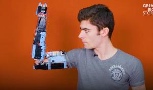 Γεννήθηκε χωρίς χέρι αλλά έφτιαξε ένα μόνος του με lego!