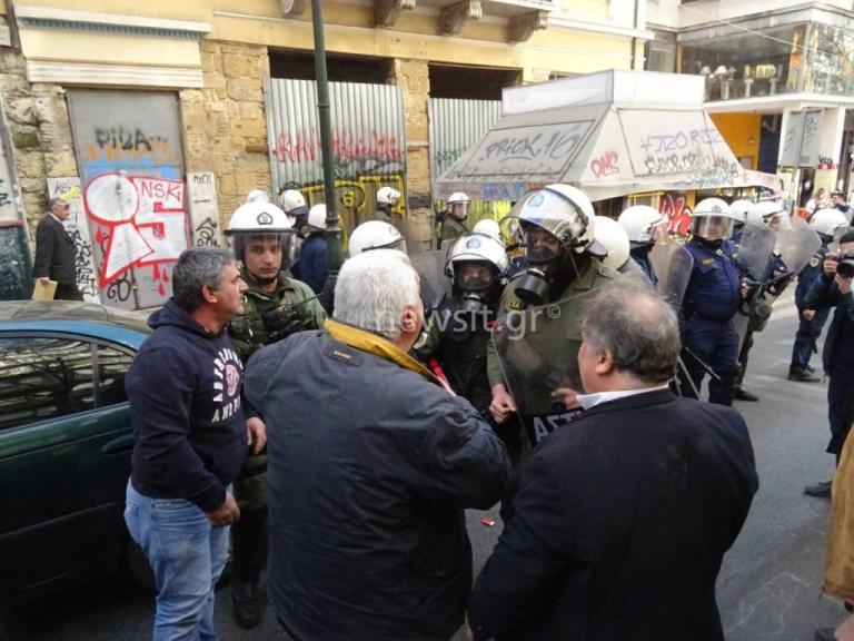 Σε συλλήψεις μετατράπηκαν οι τρεις προσαγωγές για τα επεισόδια έξω από συμβολαιογραφικό γραφείο στην Αθήνα   Newsit.gr