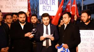 «Είμαστε έτοιμοι να σας ρίξουμε ξανά στη θάλασσα»! Τούρκοι έξω από την ελληνική πρεσβεία στην Άγκυρα για το κάψιμο της τουρκικής σημαίας
