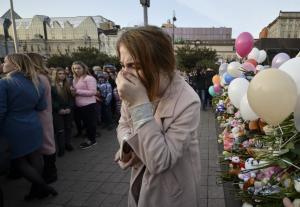 Ρωσία: Θρήνος, δάκρυα και ένα «γιατί» στις κηδείες των θυμάτων από την τραγωδία στο εμπορικό