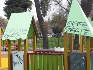 Θεσσαλονίκη: Βανδάλισαν την ολοκαίνουρια παιδική χαρά πριν καν παραδοθεί! [pics]