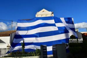 Αργολίδα: Κάλυψε το σπίτι του με ελληνική σημαία 140 τετραγωνικών! [pics, vid]