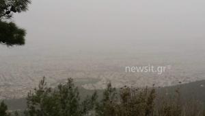 """Καιρός: Και η Αθήνα χάθηκε στην σκόνη! Αποπνικτική ατμόσφαιρα – """"Χάθηκαν"""" Ακρόπολη και Λυκαβηττός"""