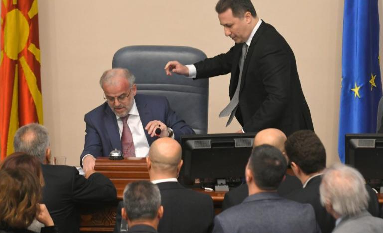 Χαμός στη βουλή των Σκοπίων! Πέταξαν νερό στον πρόεδρο – Φωνές και τσαμπουκάδες | Newsit.gr