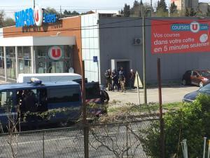 Τρομοκρατική επίθεση στη Γαλλία από τον ISIS – Φώναξε ο Αλλάχ είναι μεγάλος και άρχισε να πυροβολεί μέσα σε super market – Δυο νεκροί μέχρι στιγμής