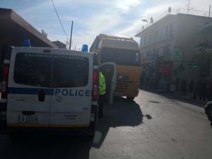 Λάρισα: Νταλίκα παρέσυρε πεζό έξω από σούπερ μάρκετ – Σοβαρός ο τραυματισμός του άτυχου άντρα [pics]