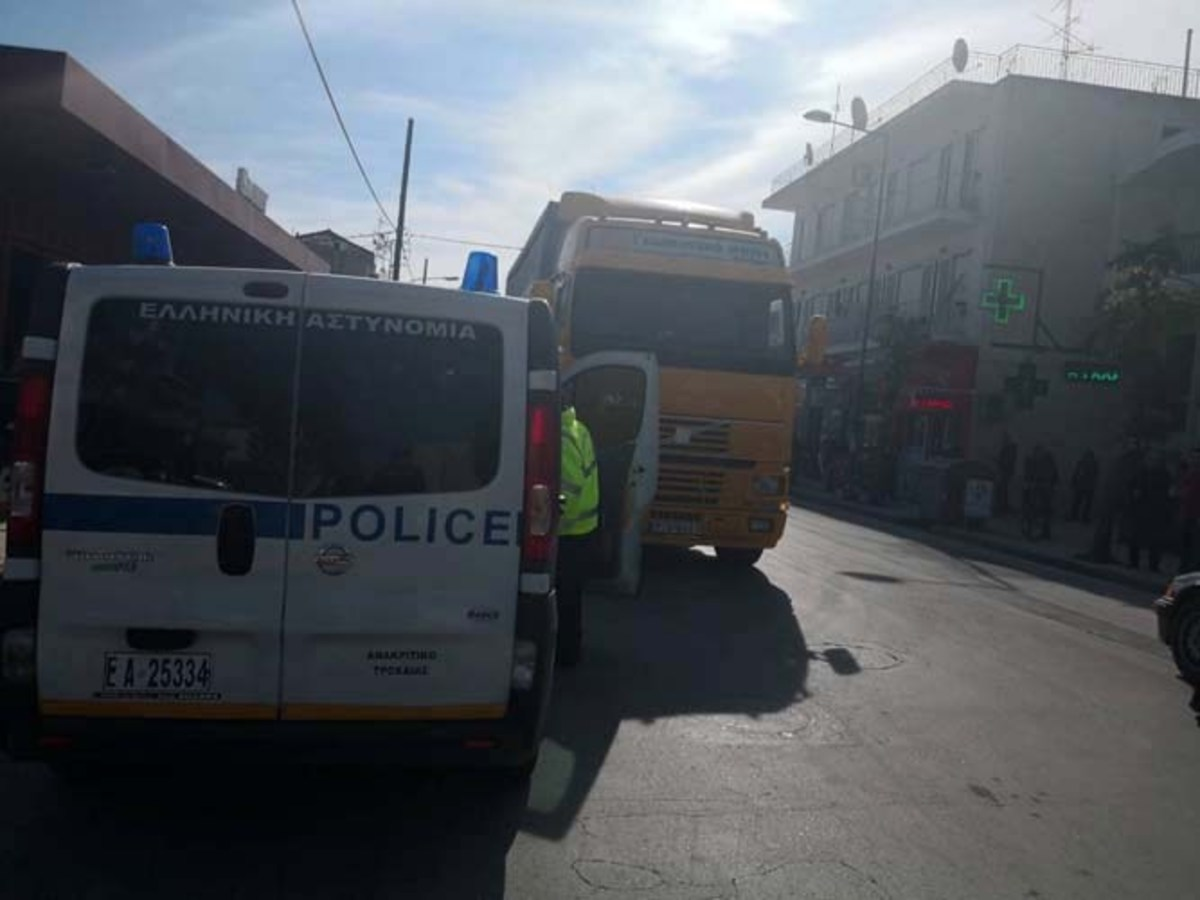 Λάρισα: Νταλίκα παρέσυρε πεζό έξω από σούπερ μάρκετ – Σοβαρός ο τραυματισμός του άτυχου άντρα [pics] | Newsit.gr