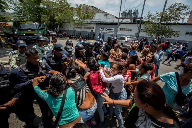 Εξέγερση κρατουμένων στη Βενεζουέλα: Θρήνος και κατακραυγή για τους 68 νεκρούς | Newsit.gr