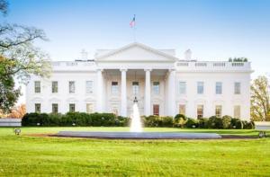 Διάσημος Έλληνας τραγουδιστής είναι καλεσμένος του Donald Trump στον Λευκό Οίκο! [pic]
