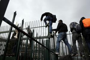 Εισβολή διαδηλωτών στο υπουργείο Παιδείας – Πήδηξαν τα κάγκελα