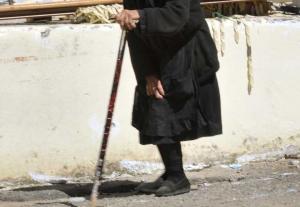 Γιαγιά 73 ετών έριξε βεγγαλικό και «λαμπάδιασε» το διπλανό σπίτι!
