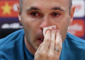 """Μπαρτσελόνα: Το συγκινητικό """"αντίο"""" του Ινιέστα! Δεν άντεξε και """"λύγισε"""" [vids]"""