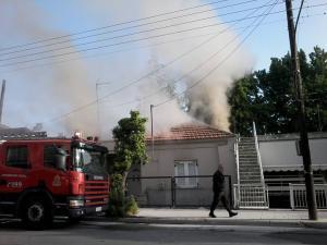 Λάρισα: Η στιγμή της μεγάλης φωτιάς σε σπίτι – Η μάχη των πυροσβεστών [pics, vid]