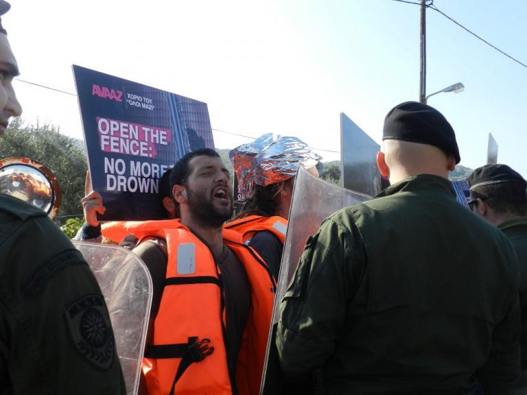 Λέσβος: Στην πλατεία Σαπφούς οι 400 μετανάστες διαδηλωτές | Newsit.gr