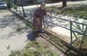 Χίος: Αυτή είναι η γιαγιά που καθαρίζει επί 33 χρόνια τον δρόμο που περνάει ο Επιτάφιος [pics]