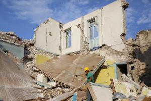Λέσβος: Περιφορά της εικόνας του Αγίου Γεωργίου στην σεισμόπληκτη Βρίσα – Ερειπωμένα σπίτια παντού!