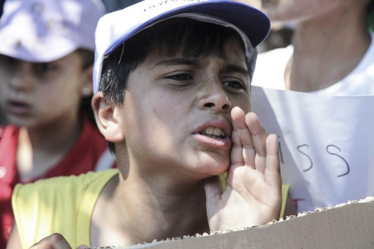 Μεγάλη διαδήλωση προσφύγων από τη Μόρια προς το κέντρο της Μυτιλήνης | Newsit.gr
