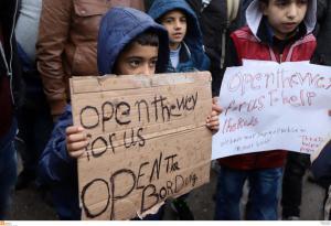 Μυτιλήνη: Υπαίθριος καταυλισμός στην πλατεία Σαπφούς από πρόσφυγες και μετανάστες – Η στάση της αστυνομίας!
