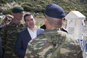 Καστελόριζο: Οι στρατιώτες που παρουσιάστηκαν στον Αλέξη Τσίπρα προκάλεσαν χαμόγελα – Οι ερωτήσεις του αρχηγού ΓΕΕΘΑ [pics]