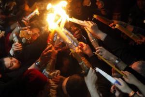«Δεύτε λάβετε Φως»! Στιγμές κατάνυξης στα Ιεροσόλυμα – Άρχιζει το «ταξίδι» του σε κάθε γωνιά της γης