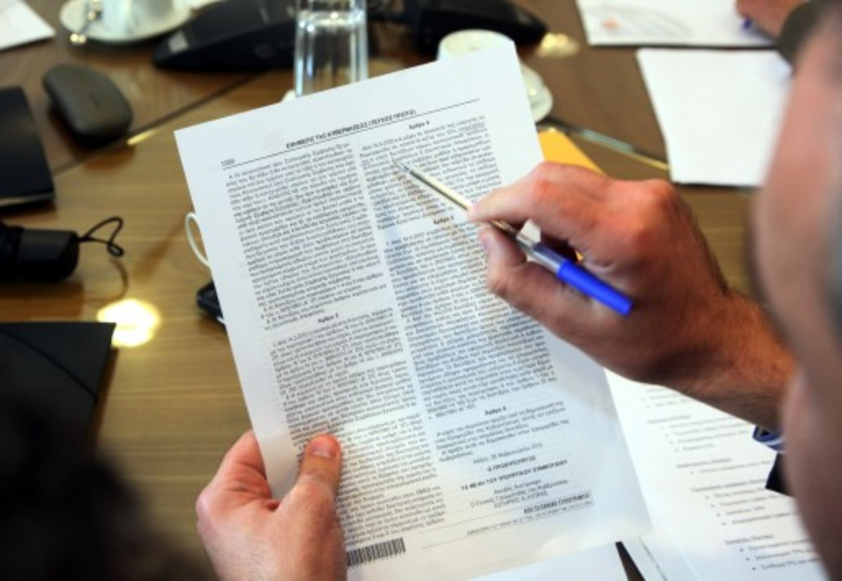 Ανάσα με πιο εύκολη ρύθμιση των 12 δόσεων για οφειλέτες με χρέη άνω των 50.000 ευρώ | Newsit.gr