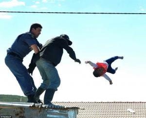 Αδιανόητο! Πέταξε την 6 μηνών κορούλα του από τη στέγη του σπιτιού [pics]