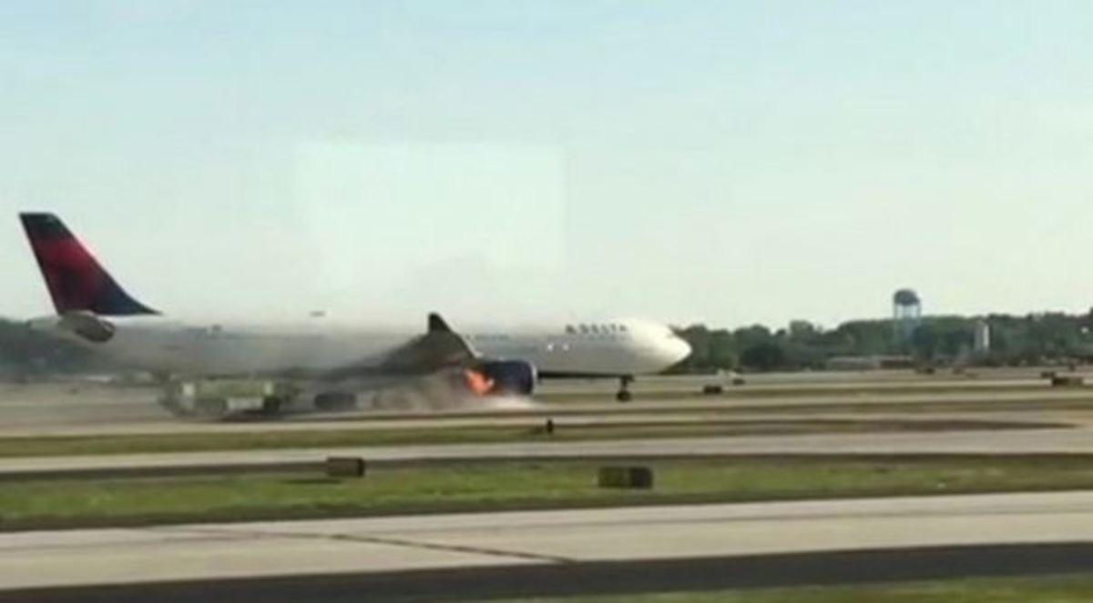 Τρόμος στον αέρα – Φωτιά στον κινητήρα αεροπλάνου [vids] | Newsit.gr