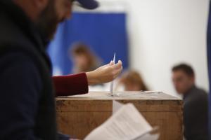 """Δημοσκόπηση: """"Κλείνει"""" κάτω από το 5% η """"ψαλίδα"""" ΣΥΡΙΖΑ – ΝΔ"""