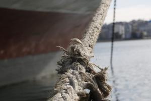 Κλιμάκιο στο Αγκίστρι για την αποτίμηση των ζημιών από την πρόσκρουση του πλοίου