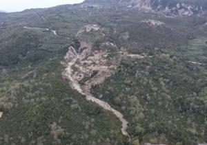 Πρέβεζα: Η κατολίσθηση στην Κρυοπηγή «εξαφάνισε» δρόμους, γεφύρια και δέντρα – Φοβούνται για τη ζωή τους [vid]