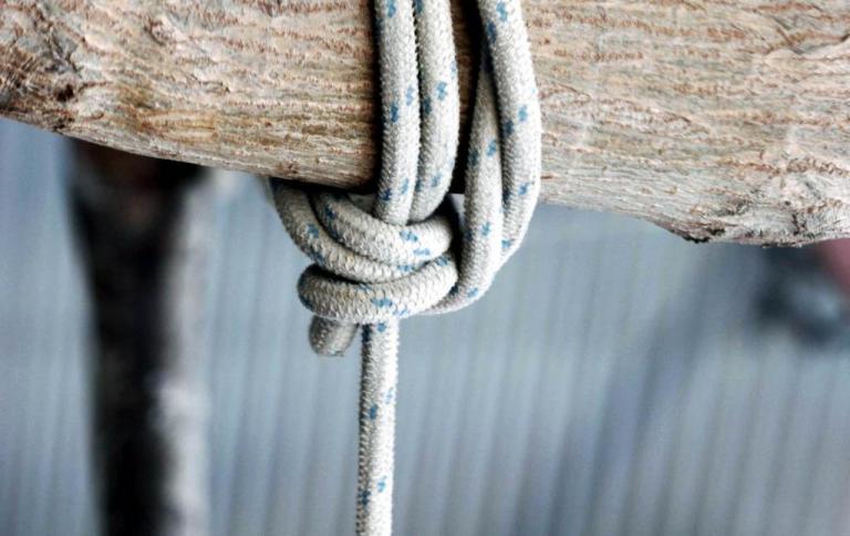 Τραγωδία στο Αιτωλικό: Βρήκε τον γιο του κρεμασμένο σε δέντρο