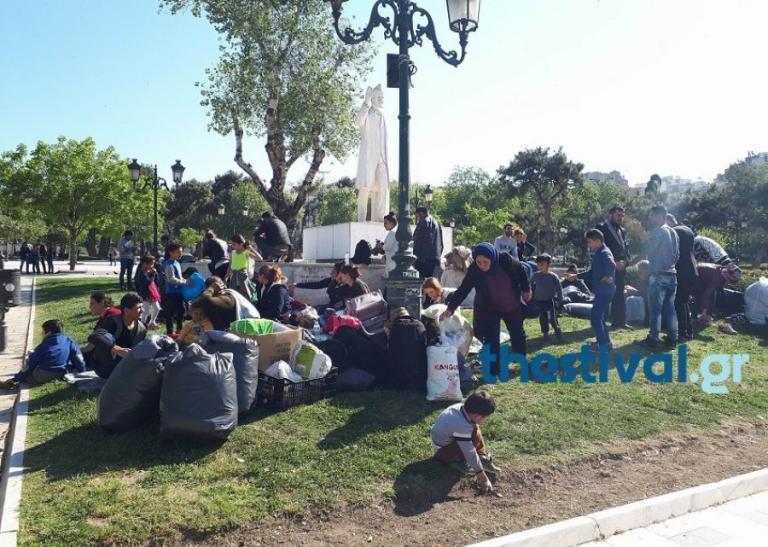 Θεσσαλονίκη: Στρωματσάδα στο άγαλμα του Βενιζέλου για πρόσφυγες και μετανάστες – Οι εικόνες στο σημείο [pics, vid] | Newsit.gr