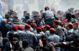 """Αρμενία: """"Χειροπέδες"""" στον ηγέτη της αντιπολίτευσης και δύο ακόμα βουλευτές"""