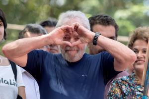 Ακόμη και από τη φυλακή, ο Λούλα παραμένει το φαβορί των προεδρικών εκλογών!