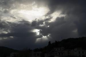 Καιρός: Σύννεφα, σκόνη και τοπικές βροχές σήμερα!