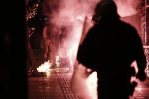 """Καταδρομική επίθεση από κουκουλοφόρους στο Διοικητικό Πρωτοδικείο της Αθήνας! """"Ομορφιές"""" και στα Εξάρχεια"""