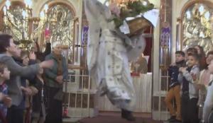 Ο… ιπτάμενος ιερέας έφερε την πρώτη Ανάσταση στη Χίο [vid]