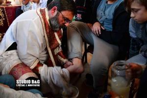 Ναύπλιο: Ιερέας έπλυνε τα πόδια παιδιών [pics]