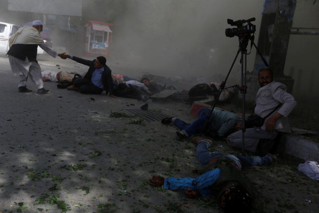 Λουτρό αίματος στην Καμπούλ: 25 νεκροί απ' τη διπλή βομβιστική επίθεση του ISIS (φώτος & βίντεο)
