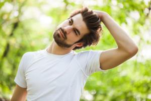 Κάνετε «κρακ» στον αυχένα; Δείτε τι συμβαίνει – Παρενέργειες και ασκήσεις για το σπίτι