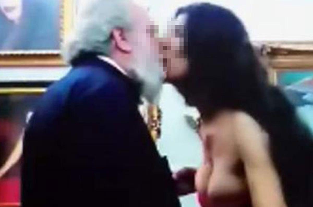 Ροζ βίντεο έκαψαν τον Μητροπολίτη Καπιτωλιάδος | Newsit.gr