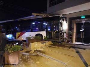 Η στιγμή που λεωφορείο του ΟΑΣΘ καταλήγει σε… καφετέρια, μετά από τροχαίο [vid]
