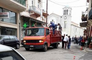 Μεσολόγγι: Τσακώθηκαν οι τσιγγάνοι και έκαναν γυαλιά καρφιά την πόλη [vid]