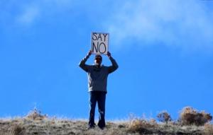 """Πατέρας κρατά επιγραφή """"Πες όχι"""" όσο η κόρη του δέχεται πρόταση γάμου"""