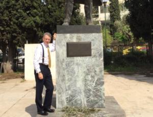 Πόζαρε στο άγαλμα του Τρούμαν ο αμερικανός πρέσβης [pics]