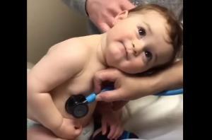 Μπέμπης ακουμπά το κεφάλι του στο χέρι της νοσοκόμας – Το χαριτωμένο βίντεο της ημέρας!