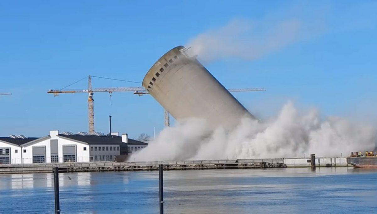 Η πιο αποτυχημένη… κατεδάφιση ever – Τους «ξέφυγε» πύργος 52 μέτρων και κατέστρεψε κτίριο βιβλιοθήκης! [vid]